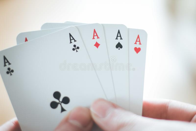 Κάρτες παιχνιδιού: Κάρτες πόκερ στο χέρι ενός νεαρού άνδρα στοκ εικόνες