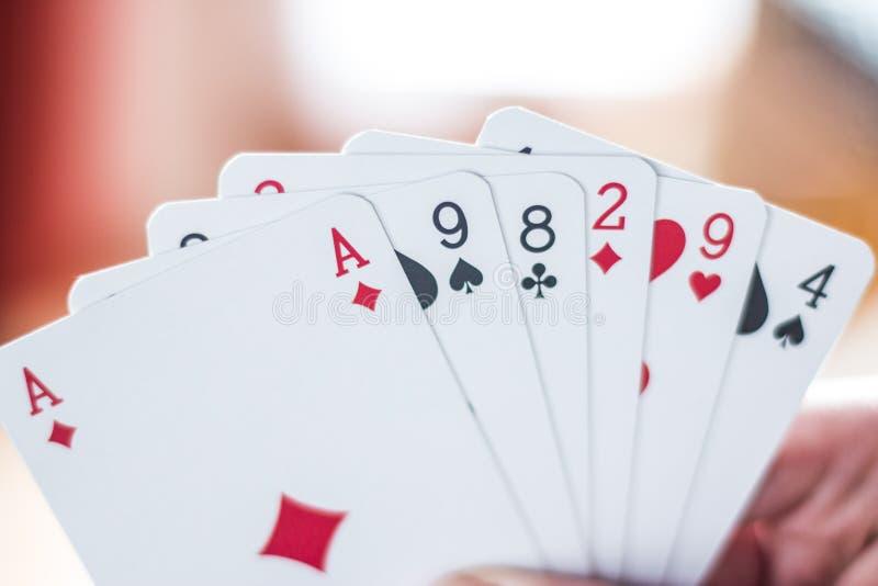 Κάρτες παιχνιδιού: Κάρτες πόκερ στο χέρι ενός νεαρού άνδρα στοκ φωτογραφίες με δικαίωμα ελεύθερης χρήσης