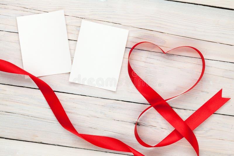 Κάρτες πλαισίων φωτογραφιών με τη διαμορφωμένη καρδιά κορδέλλα βαλεντίνων στοκ εικόνες