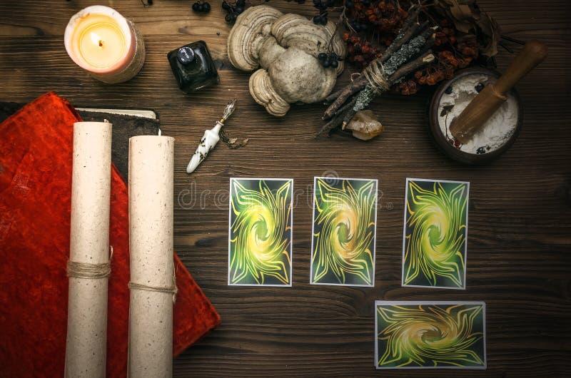 κάρτες tarot Αφηγητής τύχης divination Γιατρός μαγισσών στοκ φωτογραφίες
