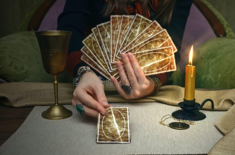 κάρτες tarot Μελλοντική ανάγνωση Έννοια αφηγητών τύχης στοκ εικόνα με δικαίωμα ελεύθερης χρήσης