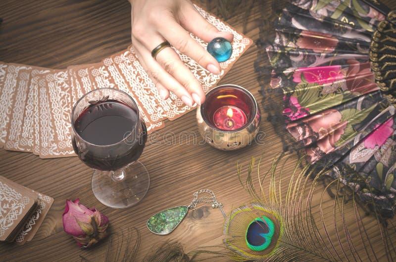 κάρτες tarot Μελλοντική ανάγνωση Έννοια αφηγητών τύχης στοκ φωτογραφίες με δικαίωμα ελεύθερης χρήσης