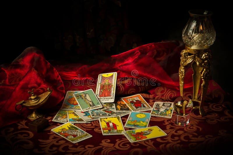 Κάρτες Tarot που διαδίδονται και που διασκορπίζονται στον πίνακα τυχαία στοκ εικόνα