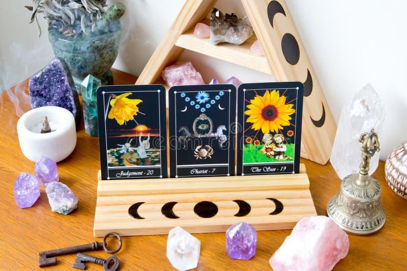 Κάρτες Tarot στη στάση στο διάστημα βωμών με το σχέδιο φάσης φεγγαριών στοκ φωτογραφία
