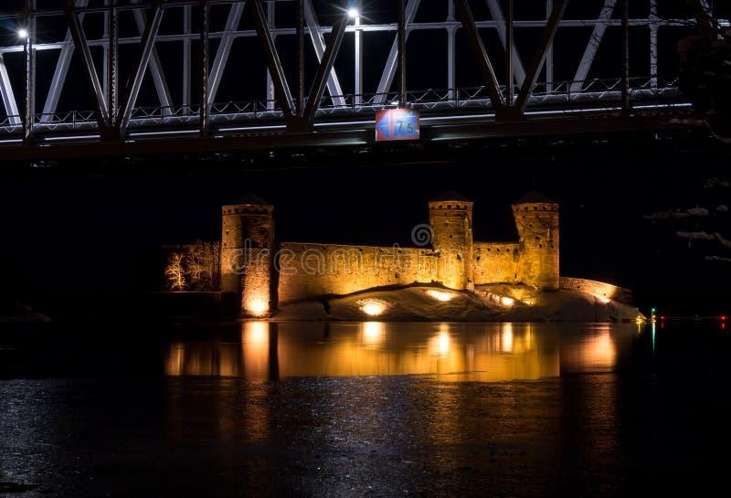 Κάστρο πετρών Olavinlinna και γέφυρα σιδηροδρόμου τή νύχτα στοκ εικόνα με δικαίωμα ελεύθερης χρήσης