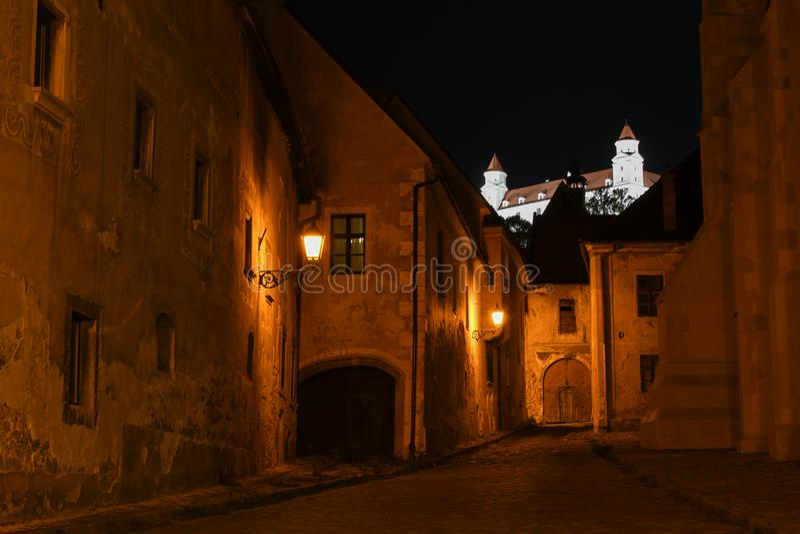 Κάστρο της Μπρατισλάβα τη νύχτα από το παλαιό κέντρο της πόλης στοκ εικόνες