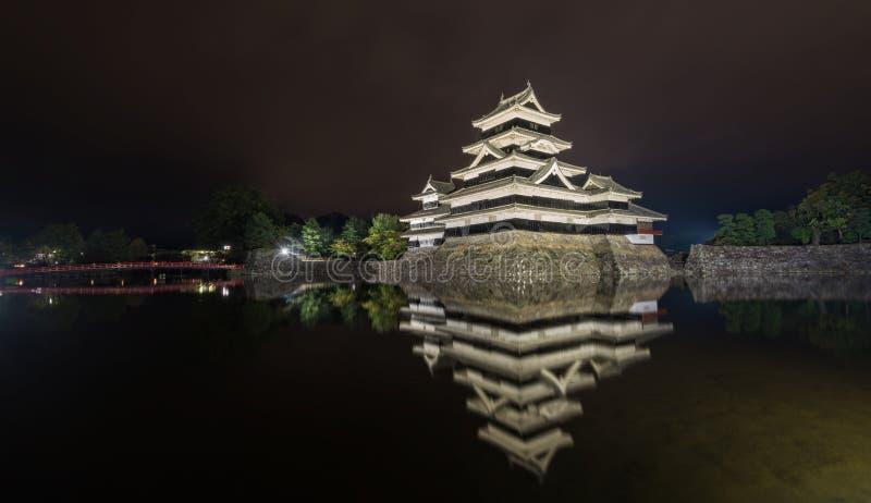 Κάστρο του Ματσουμότο με την αντανάκλαση τη νύχτα στοκ φωτογραφίες