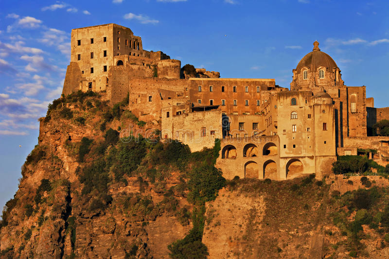 Κάστρο Aragonese. Ισχία στοκ φωτογραφία