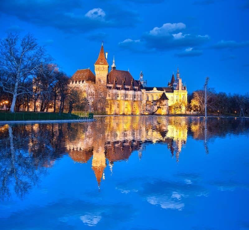 Κάστρο Vajdahunyad το βράδυ με τη λίμνη, Βουδαπέστη, Ουγγαρία στοκ φωτογραφίες