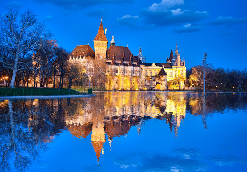 Κάστρο Vajdahunyad το βράδυ με τη λίμνη, Βουδαπέστη, Ουγγαρία στοκ εικόνες