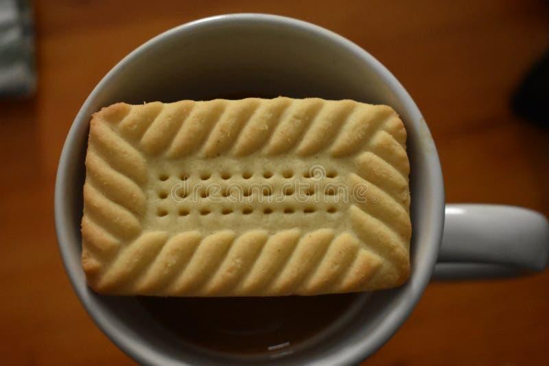Κάτι γλυκό - κουλουράκι και καφές πρωινού στοκ εικόνα με δικαίωμα ελεύθερης χρήσης