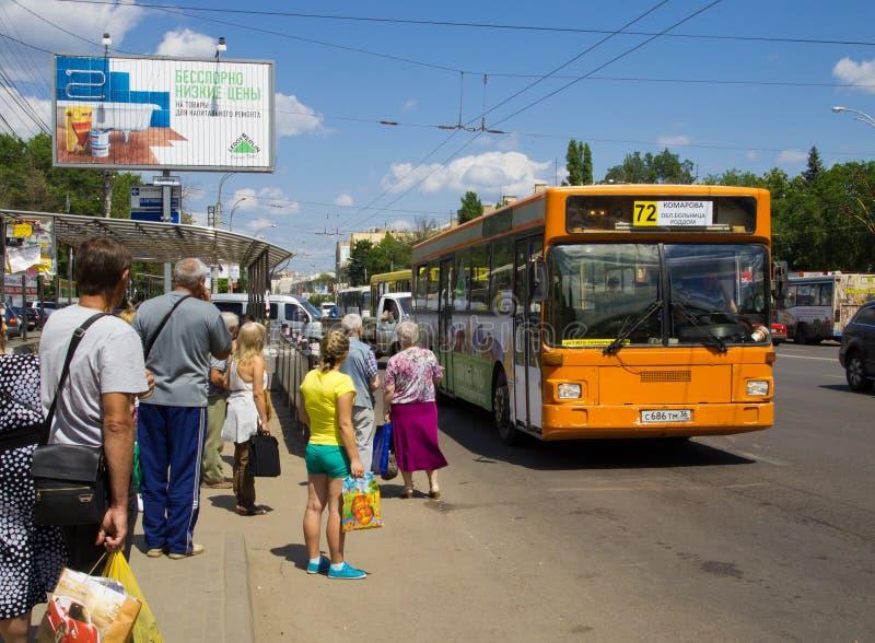 Κάτοικοι που περιμένουν το λεωφορείο στην οδό Koltsovskaya στάσεων λεωφορείου στοκ εικόνες