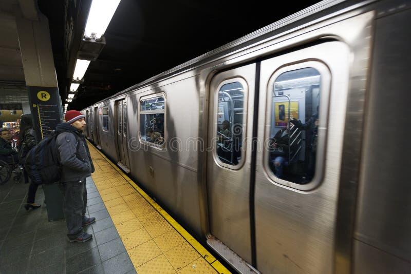 Κάτοχοι διαρκούς εισιτήριου και σταθμός Μανχάταν Νέα Υόρκη οδών υπογείων 42$ος στοκ εικόνες