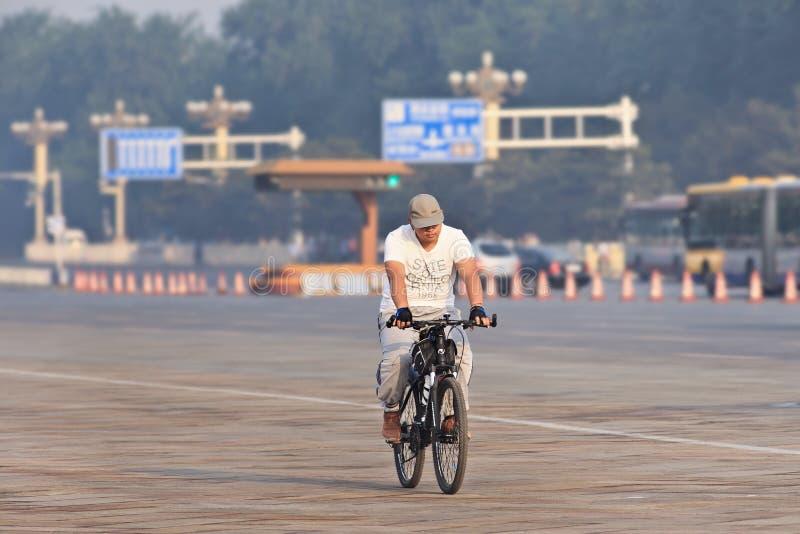 Κάτοχος διαρκούς εισιτήριου σε ένα ποδήλατο στα ξημερώματα, Πεκίνο, Κίνα στοκ φωτογραφίες με δικαίωμα ελεύθερης χρήσης