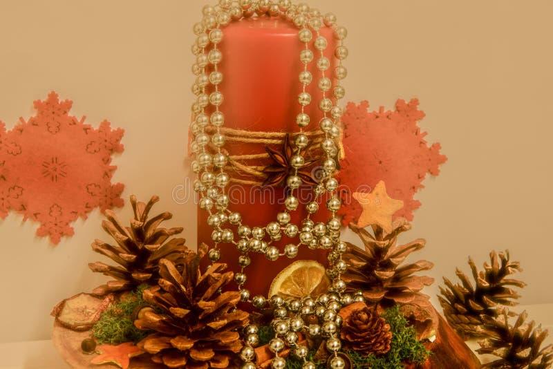 Κάτοχος κεριών στον πίνακα, Χριστούγεννα στοκ εικόνες