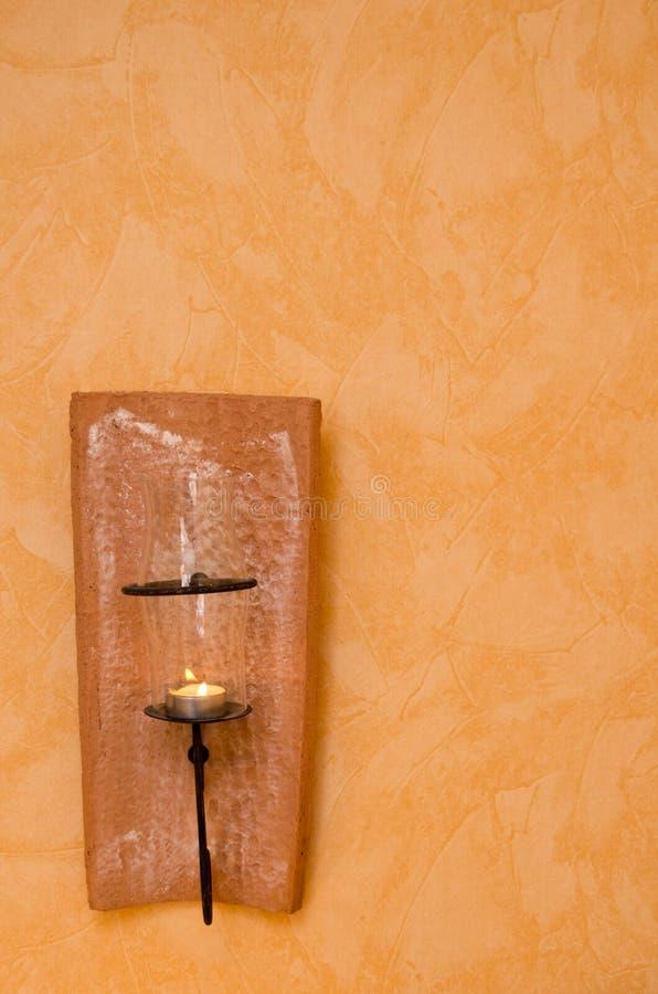Κάτοχος κεριών στον τοίχο στοκ φωτογραφία με δικαίωμα ελεύθερης χρήσης