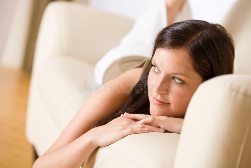 κάτω από να βρεθεί χαλαρώστε τις νεολαίες γυναικών καναπέδων στοκ φωτογραφία με δικαίωμα ελεύθερης χρήσης