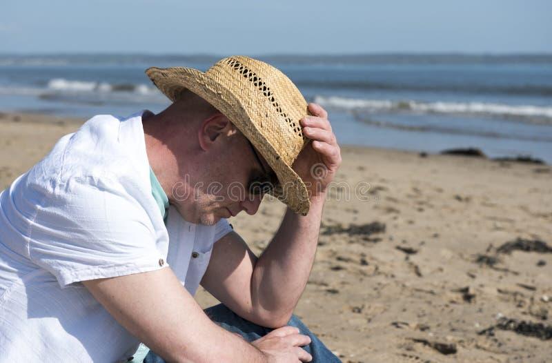 κάτω από να φανεί άτομο ώριμο Λήφθείτε στην παραλία μια ηλιόλουστη ημέρα στοκ εικόνα