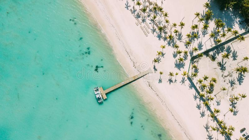 Κάτω από την αποβάθρα Τυρκουάζ caribbian θάλασσα και άσπρη παραλία στοκ εικόνα