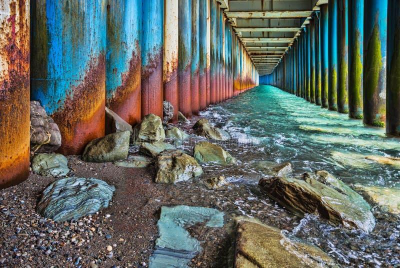 Κάτω από την παλαιά σκουριασμένη γέφυρα στοκ φωτογραφία με δικαίωμα ελεύθερης χρήσης