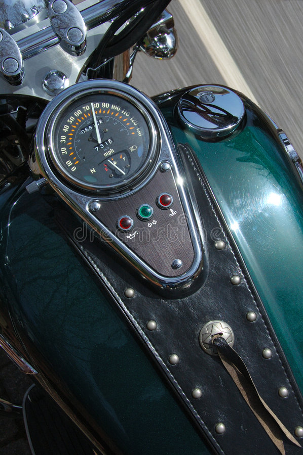 κάτω από την πηγαίνοντας μοτοσικλέτα εθνικών οδών στοκ εικόνα με δικαίωμα ελεύθερης χρήσης