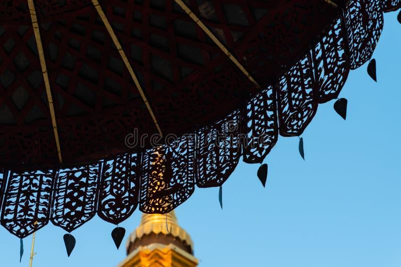 Κάτω από την τοποθετημένη στη σειρά χρυσή δικτυωτή ομπρέλα στοκ φωτογραφία