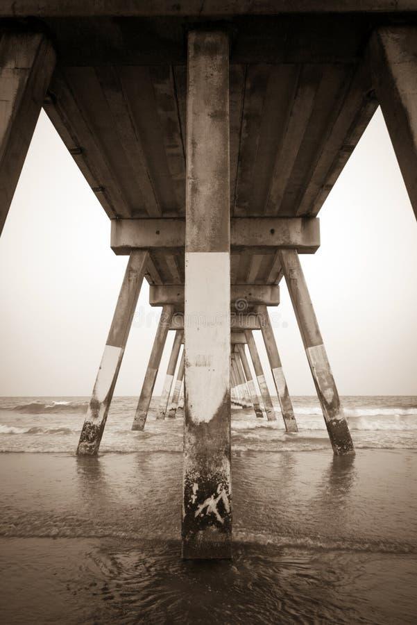 Κάτω από τη συγκεκριμένη αποβάθρα παραλιών στην παραλία Wrightsville στοκ φωτογραφίες