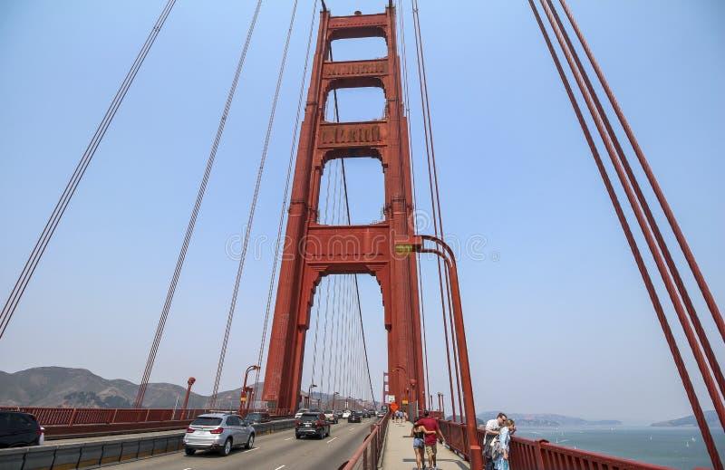 Κάτω από τη χρυσή γέφυρα πυλών στο Σαν Φρανσίσκο στοκ εικόνα