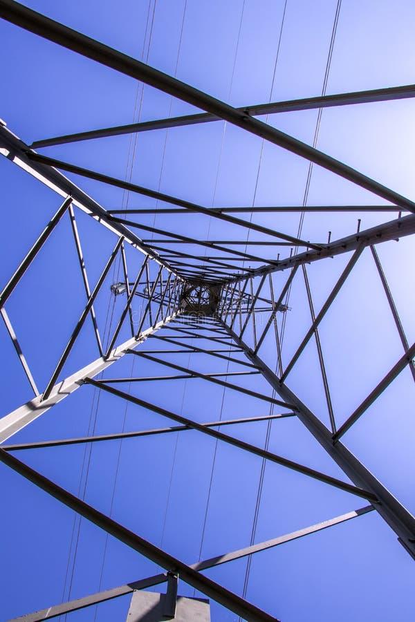 κάτω από τον ηλεκτρικό πύργ&omicr στοκ φωτογραφία με δικαίωμα ελεύθερης χρήσης