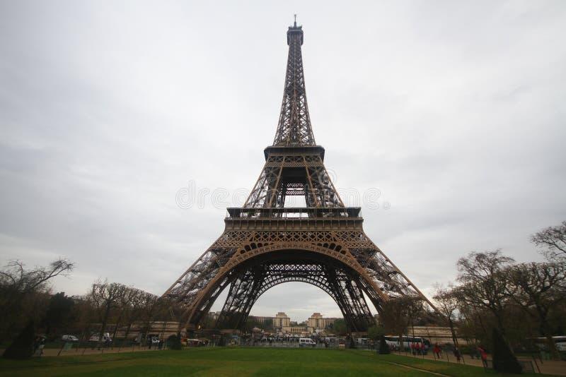 Κάτω από το γόνατο του πύργου του Άιφελ στο Παρίσι, η πιό romatic αρχιτεκτονική συμβόλων στην Ευρώπη, Γαλλία στοκ φωτογραφία με δικαίωμα ελεύθερης χρήσης