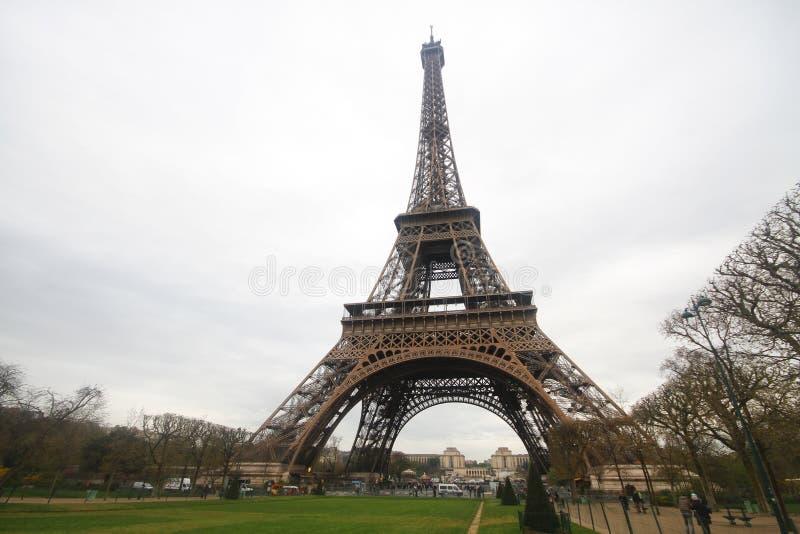 Κάτω από το γόνατο του πύργου του Άιφελ στο Παρίσι, η πιό romatic αρχιτεκτονική συμβόλων στην Ευρώπη, Γαλλία στοκ φωτογραφίες