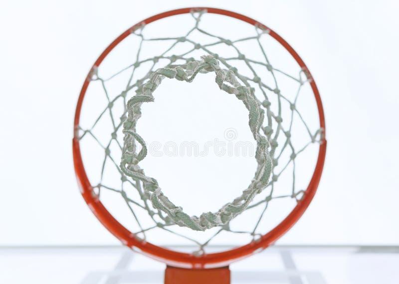 Κάτω από το καλάθι καλαθοσφαίρισης στοκ φωτογραφία