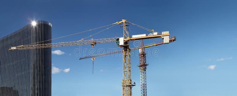 Κάτω από το κτήριο εργοτάξιων οικοδομής με τον ουρανοξύστη γερανών και γυαλιού στοκ φωτογραφία με δικαίωμα ελεύθερης χρήσης