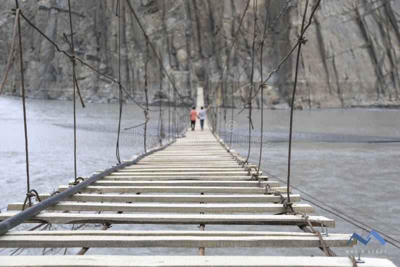 κάτω από το συμπαθητικό ύδωρ αναστολής Σεπτεμβρίου ημέρας γεφυρών βαρκών στοκ εικόνα με δικαίωμα ελεύθερης χρήσης