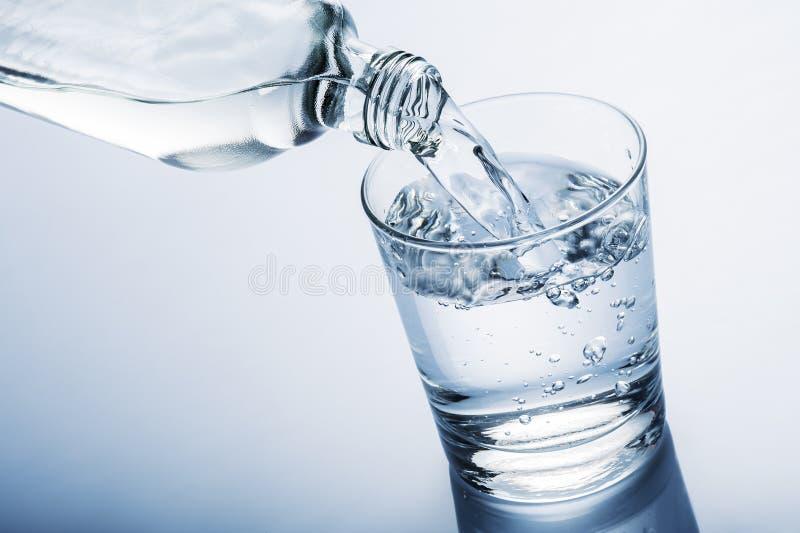 κάτω από το υγρό ύδωρ μετακίνησης γυαλιού πτώσεων ποτών στοκ εικόνα με δικαίωμα ελεύθερης χρήσης