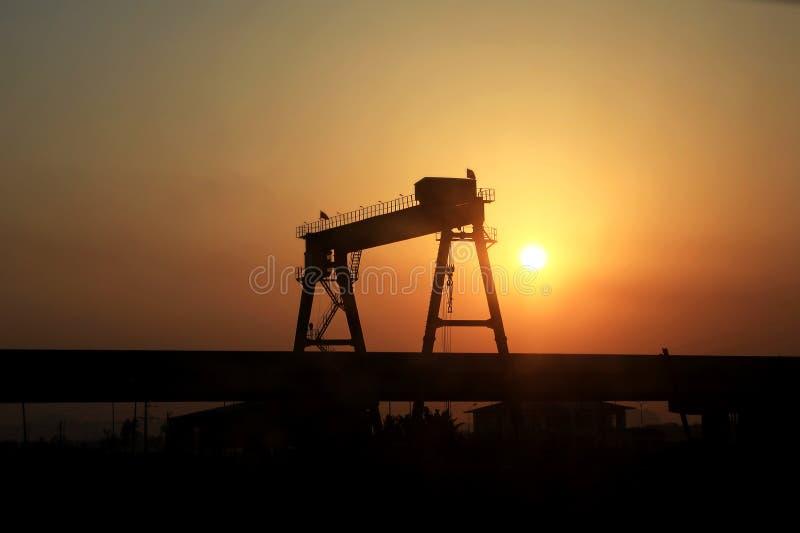 Κάτω από το construcktion, γέφυρα, σκιαγραφία πόλεων ηλιοβασιλέματος στοκ φωτογραφίες
