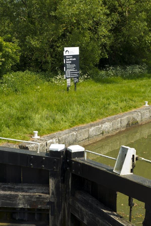 Κάτω Foxhangers Lock στην αρχή της γνωστής πτήσης του Caen Hill των κλειδαριών στο κανάλι Kennet και Avon κοντά στην Αποκλίζα στοκ εικόνες