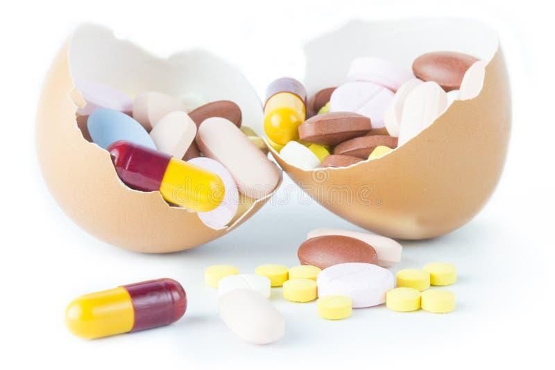 Κάψα χαπιών στη σπασμένη υγεία ιδέας έννοιας κοχυλιών αυγών στοκ εικόνες με δικαίωμα ελεύθερης χρήσης