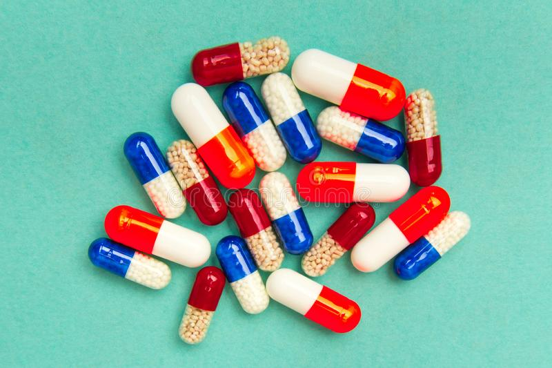 κάψες & x28 pills& x29  σε ένα τυρκουάζ υπόβαθρο Ιατρικό υπόβαθρο, πρότυπο στοκ φωτογραφία με δικαίωμα ελεύθερης χρήσης