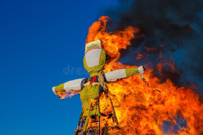 Κάψιμο ενός μεγάλου γεμισμένου Maslenitsa στοκ φωτογραφίες