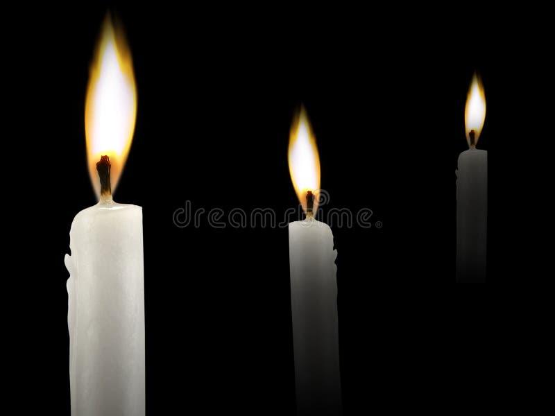Κάψιμο κεριών λαμπρά κοντά επάνω στο μαύρο υπόβαθρο στοκ εικόνα με δικαίωμα ελεύθερης χρήσης