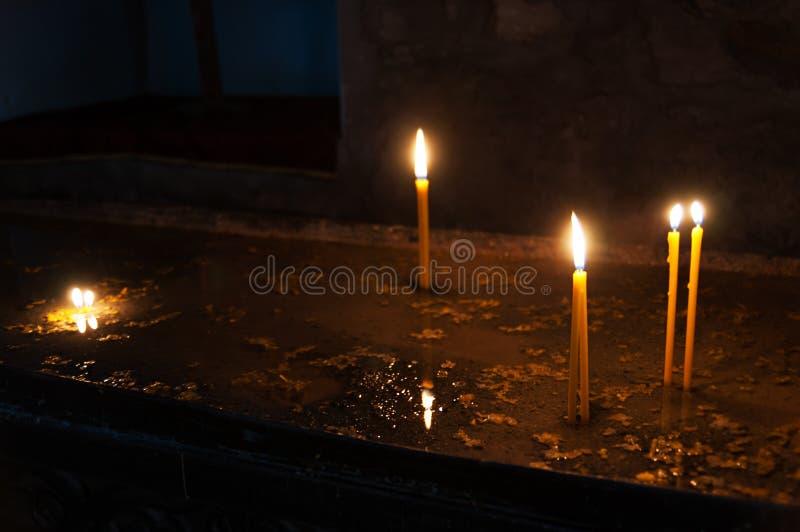 Κάψιμο κεριών λαμπρά κοντά επάνω στο μαύρο υπόβαθρο στοκ εικόνες με δικαίωμα ελεύθερης χρήσης