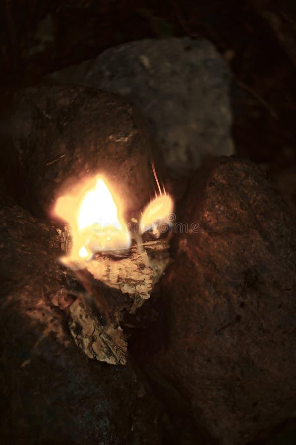 Κάψιμο πυρκαγιάς στο μικρό βωμό βράχου άνωθεν στοκ εικόνα με δικαίωμα ελεύθερης χρήσης