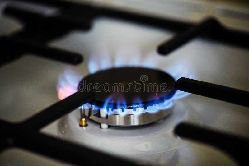 Κάψιμο φυσικού αερίου στη σόμπα αερίου κουζινών στοκ εικόνες