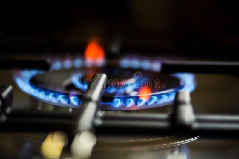 Κάψιμο φυσικού αερίου στη σόμπα αερίου κουζινών στοκ εικόνες με δικαίωμα ελεύθερης χρήσης