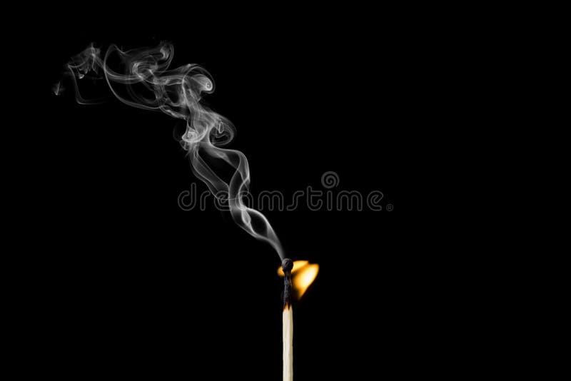 Κάψιμο Matchstick με λίγους φλόγα και καπνό στοκ εικόνα με δικαίωμα ελεύθερης χρήσης