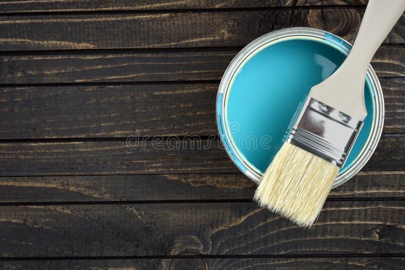 Κάδος και βούρτσα χρωμάτων στον πίνακα στοκ φωτογραφία