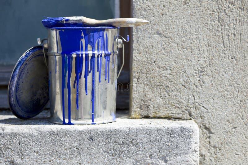 Κάδος και χρώμα για να χρωματίσει τους τοίχους του σπιτιού στοκ φωτογραφίες με δικαίωμα ελεύθερης χρήσης