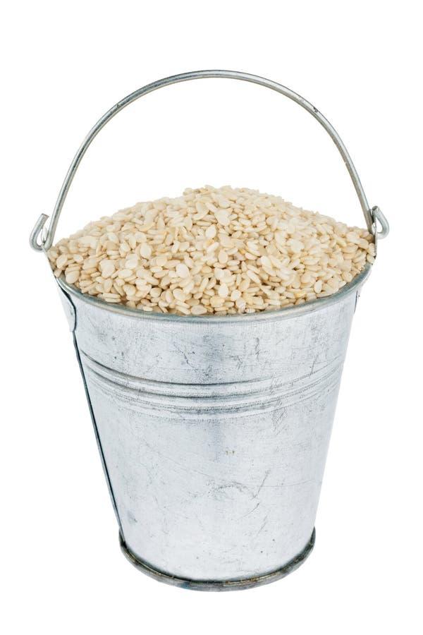 Κάδος με τους σπόρους σουσαμιού στοκ εικόνες