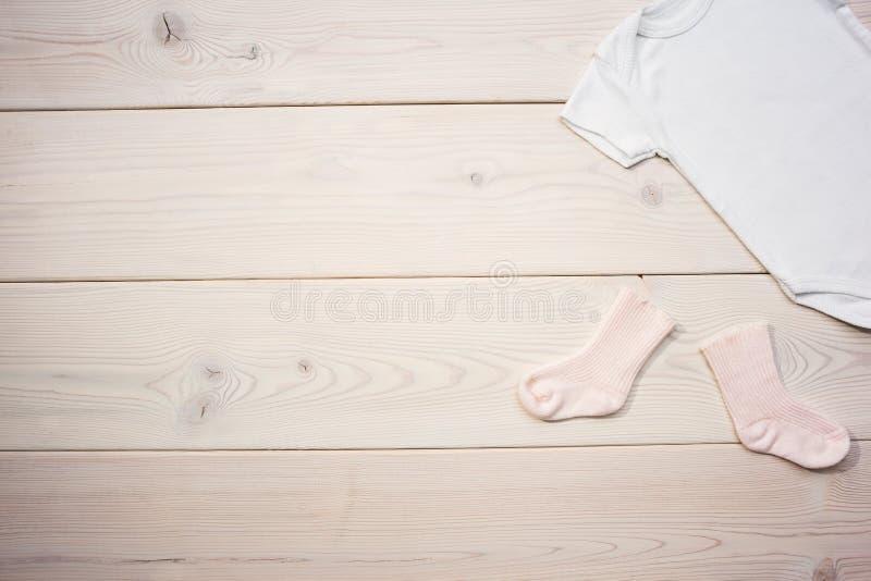 Κάλτσες και πουκάμισο μωρών στοκ εικόνες